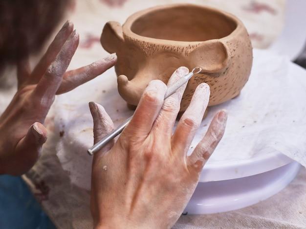 Los artículos de cerámica están hechos a mano. un tazón. Foto Premium
