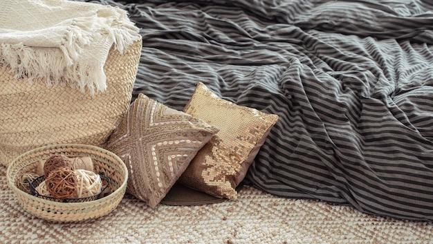 Artículos decorativos en un acogedor hogar interior. Foto gratis