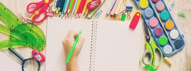 Artículos escolares. es hora de ir a la escuela. enfoque selectivo Foto Premium