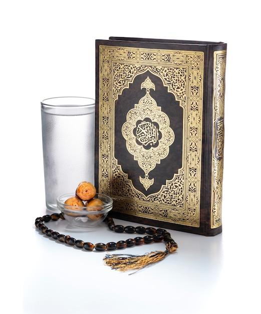Artículos de ramadán, libro sagrado del corán, agua, fechas y rosario Foto Premium