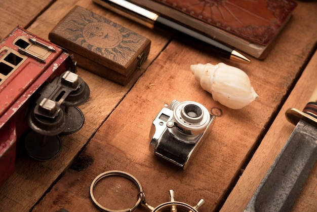 Artículos de viaje de alto ángulo sobre mesa de madera Foto gratis