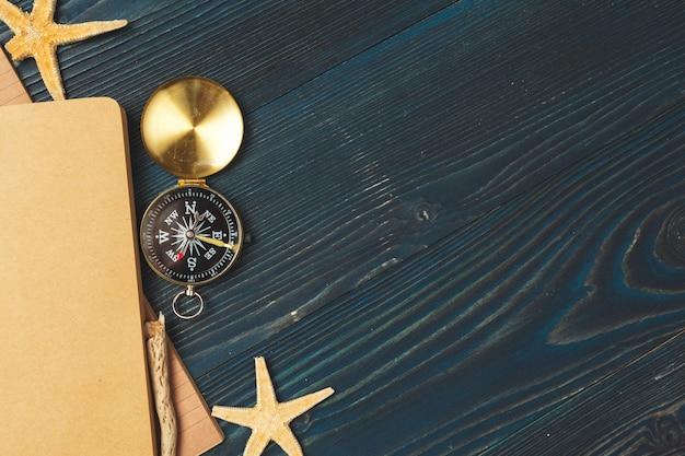 Artículos de viaje en mesa de madera. Foto Premium