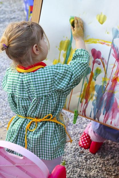 Artista niña niños pintando cuadro abstracto Foto Premium