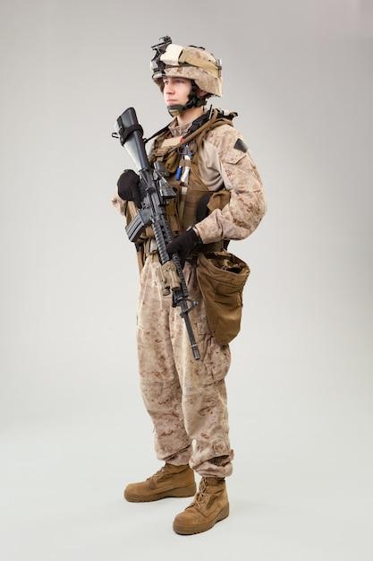 El asaltante del comando de operaciones especiales del cuerpo de marines de estados unidos con arma. Foto Premium