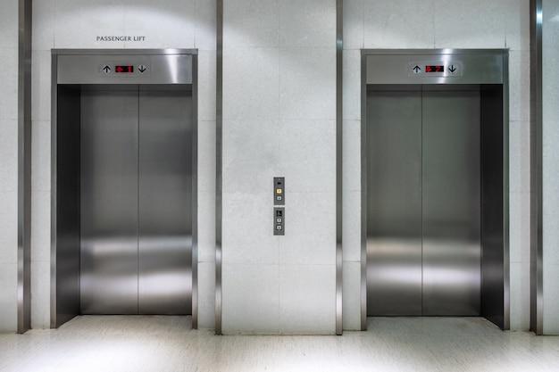 Ascensor metálico de dos puertas cerrado de ascensor de pasajeros. Foto Premium