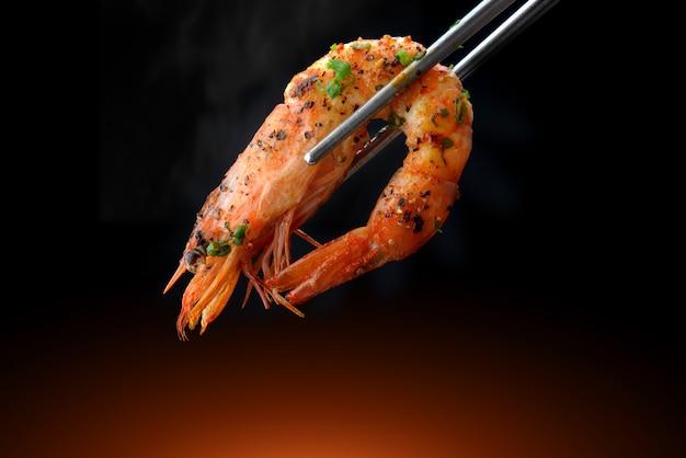 Ase los camarones a la barbacoa en palillos. Foto Premium