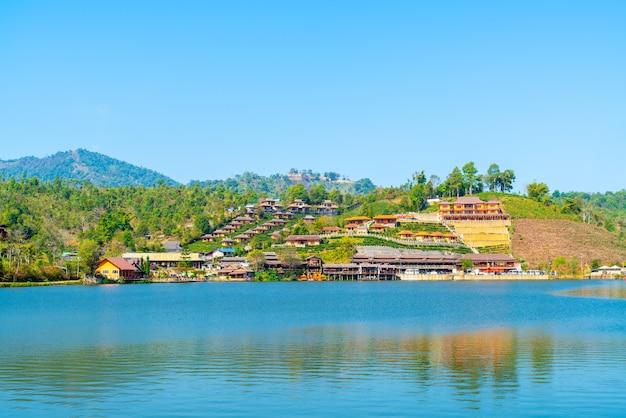 Asentamiento chino cerca del río Foto Premium
