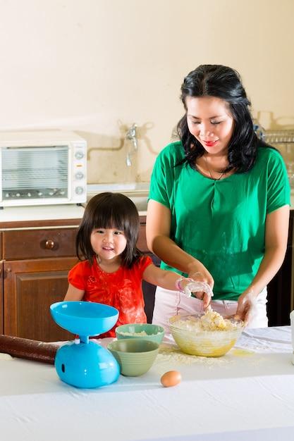 Asia madre e hija en su casa en la cocina Foto Premium