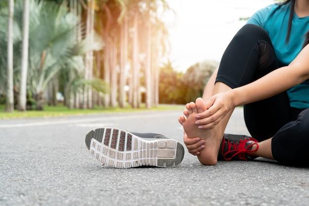 Asia mujer masajeando su pie doloroso mientras hace ejercicio Foto Premium