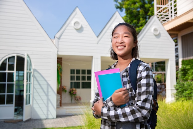 Asiática adolescente feliz de ir a la universidad Foto Premium