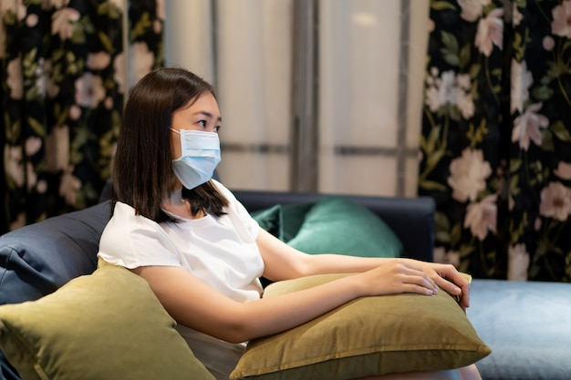 Los asiáticos se quedan y se relajan en la sala de estar y miran un televisor (tv) Foto Premium