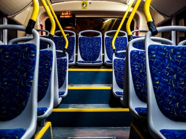 Asientos interiores nocturnos del bus nocturno que van en la ciudad Foto Premium