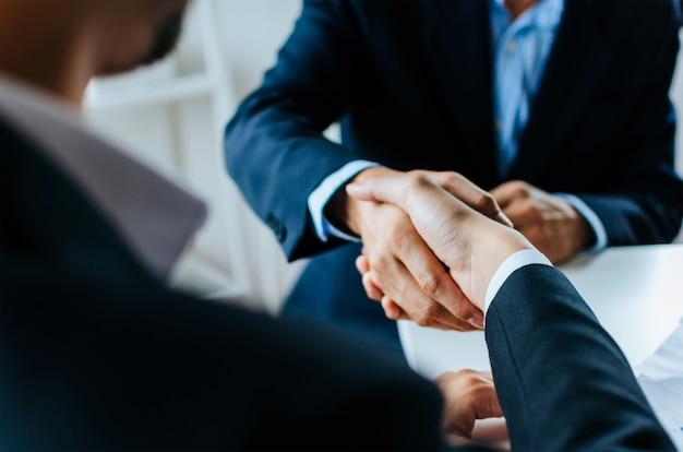 Asociación. dos hombres de negocios temblando Foto Premium