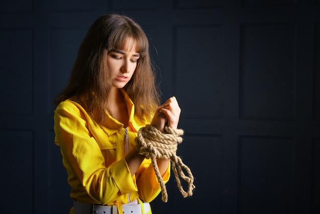 Atado con cuerda mujer atada mujer de manos en cautiverio Foto Premium
