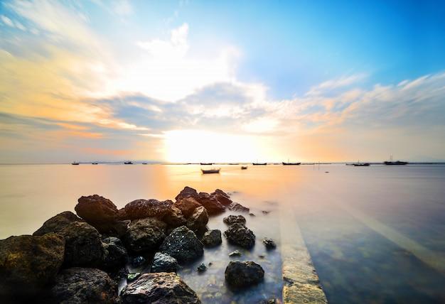 Atardecer Colorido Con Rocas En El Mar