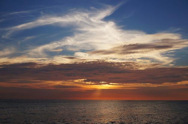 Atardecer perfora el cielo en karon beach 554638b9bd4