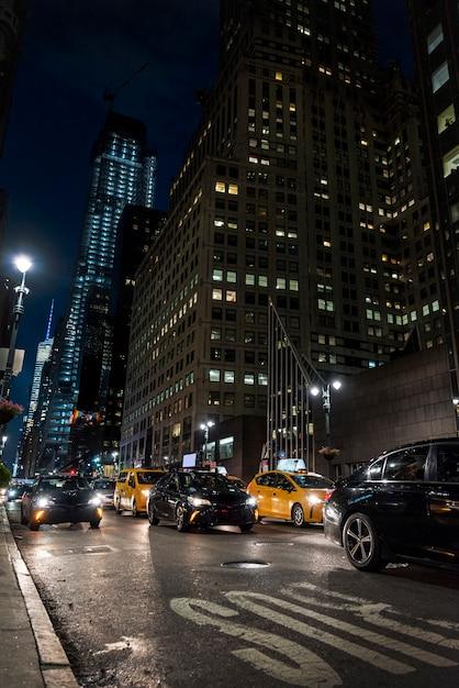 Atasco en la ciudad de noche Foto gratis