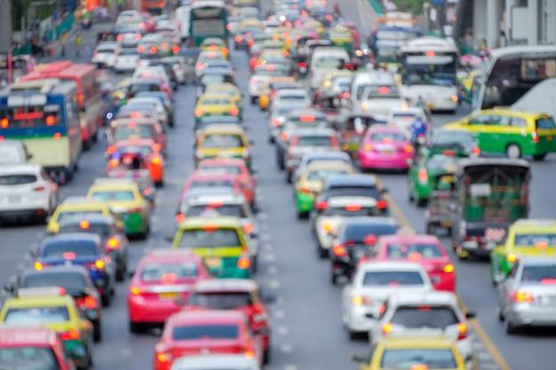 Atasco de tráfico en una metrópoli sobre fondo de foco borroso. Foto Premium