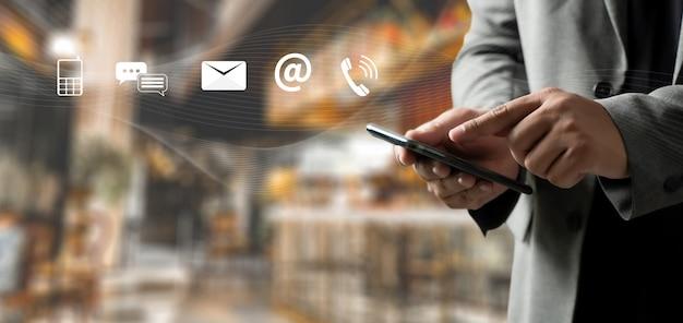 Atención al cliente línea directa de personas conectar. aplicación de teléfono contáctenos hombre teléfono celular Foto Premium