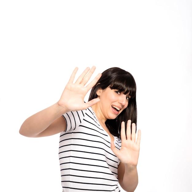 Aterrada mujer gesticulando con las manos Foto gratis