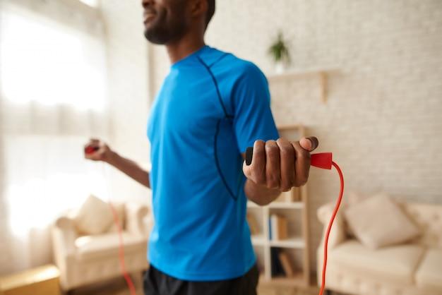 Atleta afroamericano haciendo ejercicios con saltar la cuerda. Foto Premium