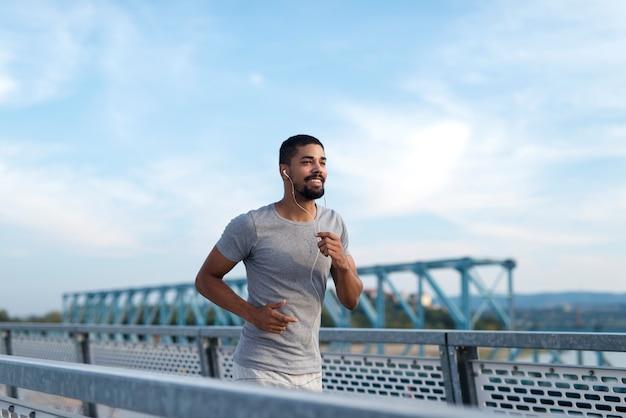 Atleta corriendo en entrenamiento Foto gratis