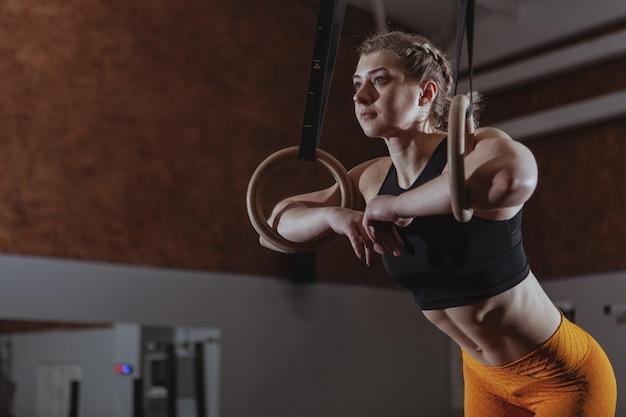 Atleta femenina crossfit trabajando Foto Premium