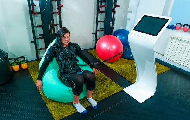 Atleta femenina haciendo ejercicios en un gimnasio Foto gratis