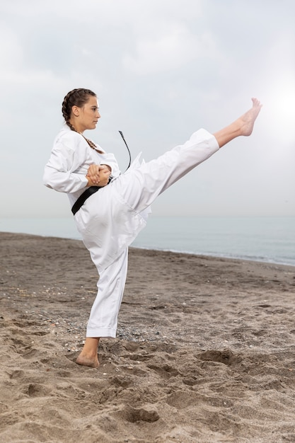 Atleta femenina en traje de karate Foto gratis