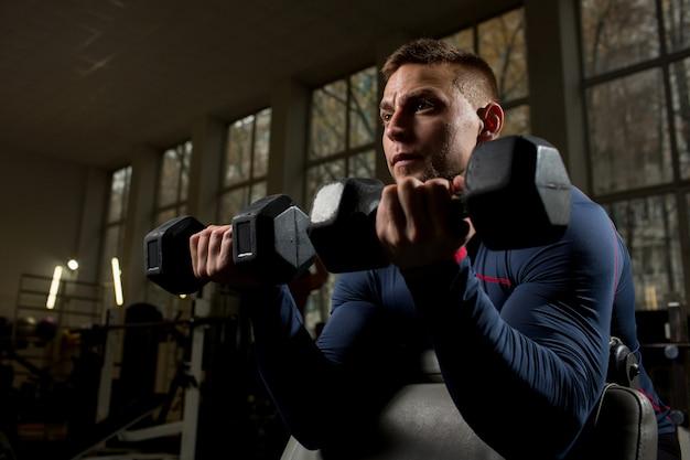Atleta haciendo ejercicio Foto gratis