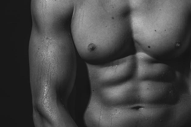 Atleta torso desnudo con piel mojada Foto Premium