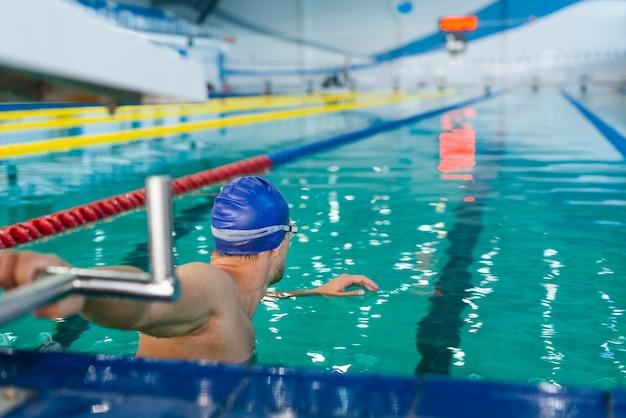 Atlético hombre preparándose para nadar Foto gratis