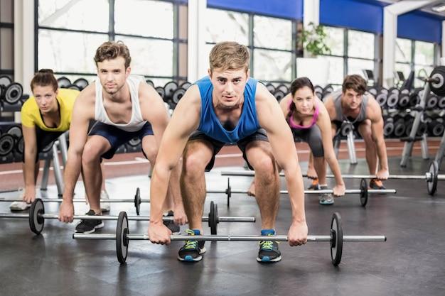 Atléticos hombres y mujeres trabajando en el gimnasio crossfit Foto Premium
