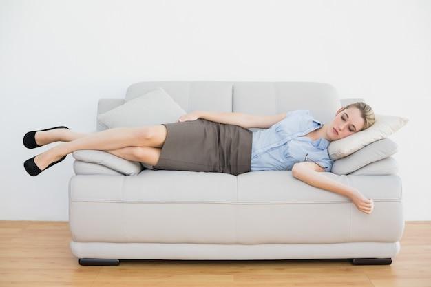 Atractiva empresaria pacífica durmiendo en el sofá Foto Premium
