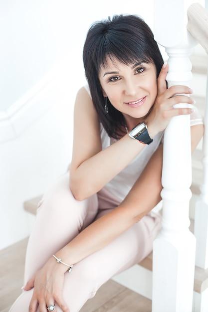 Atractiva mujer adulta media en interiores. retrato de mujer adulta. hermosa mujer en casa. Foto Premium