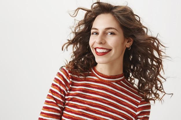 Atractiva mujer caucásica sonriendo Foto gratis