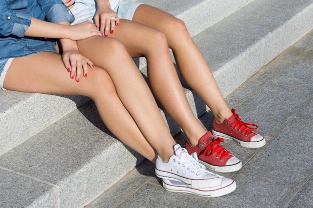 Atractivos mejores amigos al aire libre Foto gratis