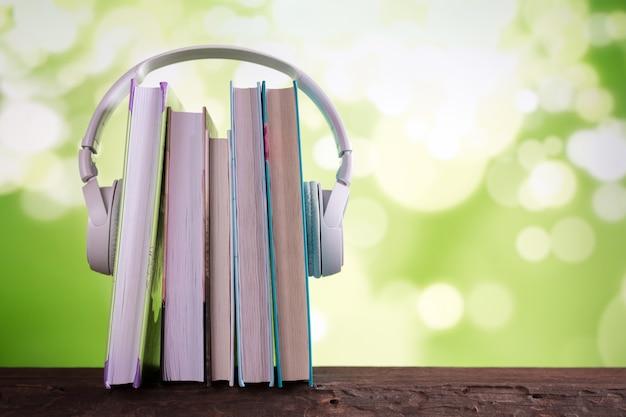 Audífonos y libros blancos, audiolibros de libros de conceptos y aprendizaje electrónico, libro electrónico Foto Premium