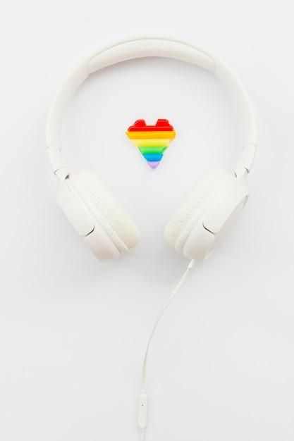 Auriculares blancos del día mundial del orgullo feliz Foto gratis