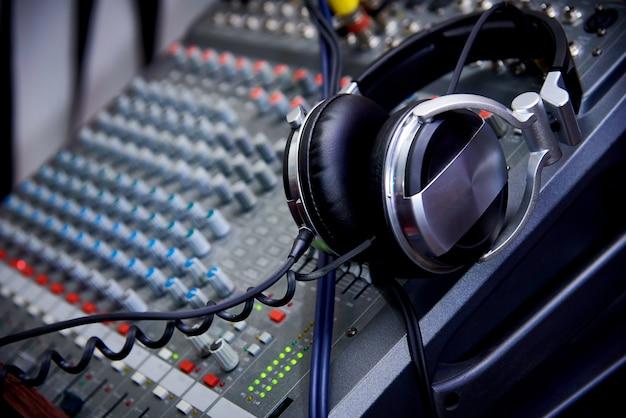 Auriculares en un primer plano del panel de control de dj. Foto Premium