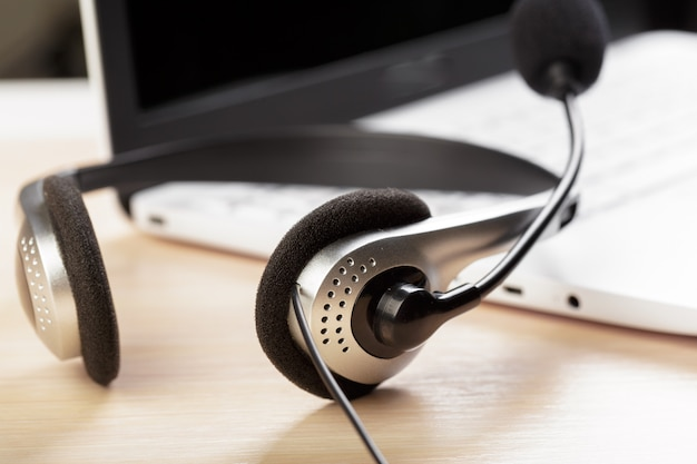 Auriculares en el teclado de la computadora portátil Foto Premium