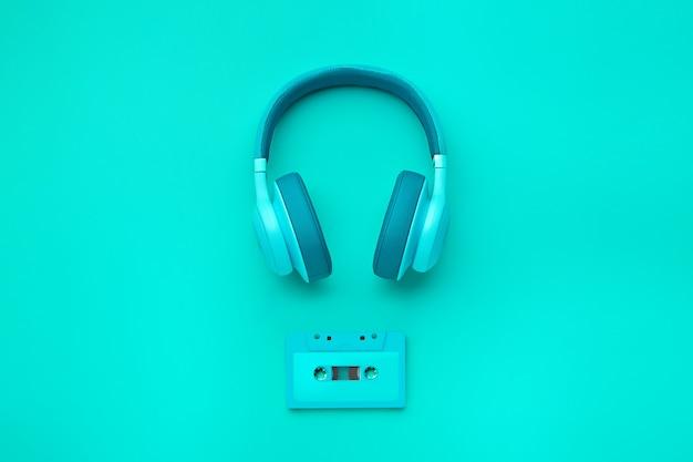 Auriculares turquesas con cassette de audio Foto Premium