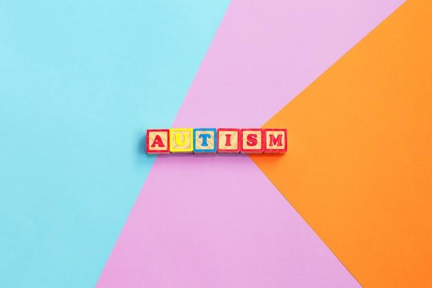 Autismo palabra colorida de letras de madera de color Foto Premium