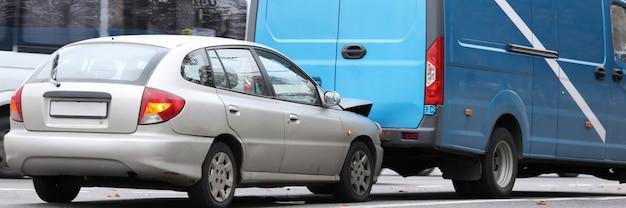 Auto y furgoneta dañados Foto Premium