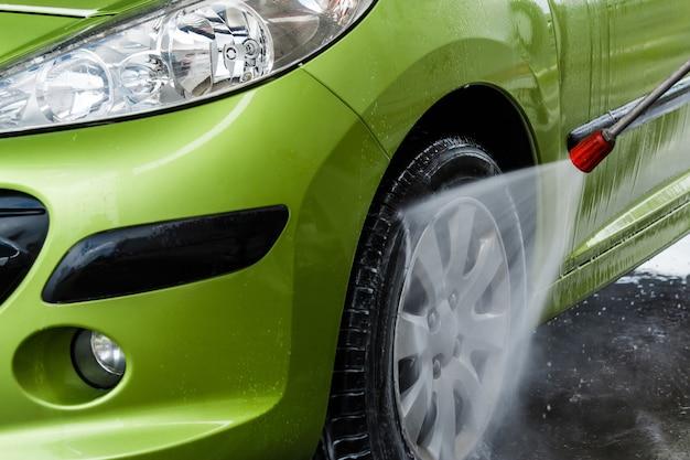 Auto en un lavado de autos Foto Premium
