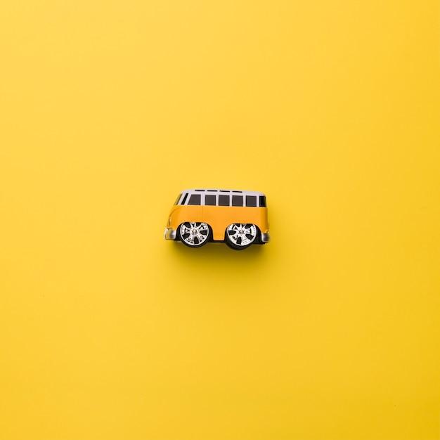 Autobús de juguete sobre fondo naranja Foto gratis