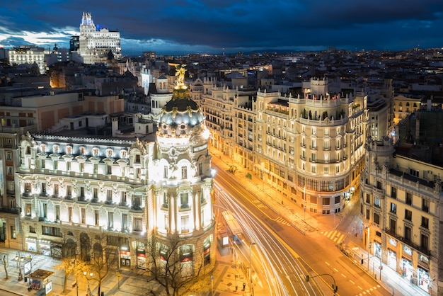 Automóvil y semáforos en la gran vía, principal calle comercial de madrid por la noche. españa, Foto Premium