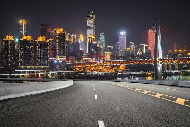 La autopista y el horizonte moderno de la ciudad. Foto Premium