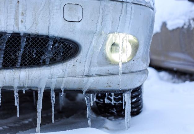 Autos cubiertos de nieve Foto Premium