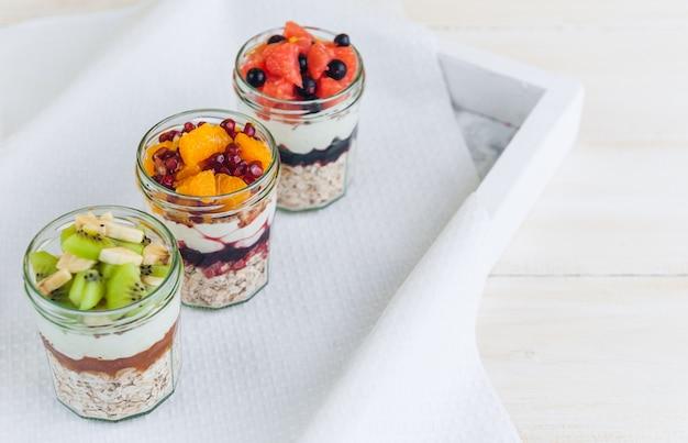 Avena con frutas y cereales en un frasco de vidrio Foto Premium
